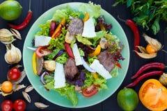Салат с зажаренными кусками телятины и пармезана на зеленой плите, верхней части Стоковая Фотография