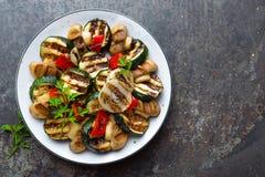 Салат с зажаренными овощами и грибами Vegetable салат с зажаренными champignons зажженный салат Стоковое Изображение RF