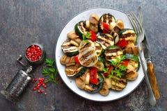Салат с зажаренными овощами и грибами Vegetable салат с зажаренными champignons зажженный салат Стоковая Фотография RF