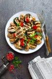 Салат с зажаренными овощами и грибами Vegetable салат с зажаренными champignons зажженный салат Стоковые Изображения