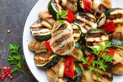 Салат с зажаренными овощами и грибами Vegetable салат с зажаренными champignons зажженный салат Стоковое Фото