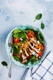 Салат с красными чечевицами, листьями шпината, томатами вишни, мясом цыпленка и сыром моццареллы с оливковым маслом в керамическо стоковое изображение rf