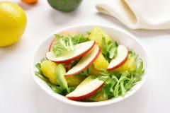 Салат с красными яблоками, авокадо овоща плодоовощ, оранжевые куски Стоковая Фотография