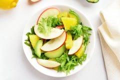Салат с красными яблоками, авокадо овоща плодоовощ, оранжевые куски Стоковые Изображения