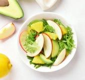 Салат с красными яблоками, авокадо овоща плодоовощ, оранжевые куски Стоковые Изображения RF