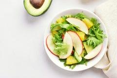 Салат с красными яблоками, авокадо овоща плодоовощ, оранжевые куски Стоковые Фото