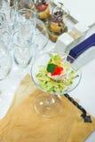 Салат с креветкой, красной икрой, овощами и зелеными цветами Морепродукты в ресторане closeup Стоковые Фотографии RF