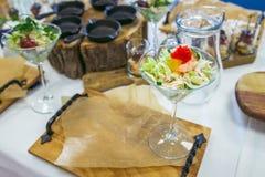 Салат с креветкой, красной икрой, овощами и зелеными цветами Морепродукты в ресторане closeup Стоковое Изображение RF