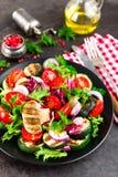 Салат с свежими и зажаренными овощами и грибами Vegetable салат с зажаренными champignons овощ салата плиты Стоковые Изображения