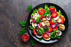 Салат с свежими и зажаренными овощами и грибами Vegetable салат с зажаренными champignons овощ салата плиты Стоковые Фотографии RF