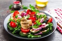 Салат с свежими и зажаренными овощами и грибами Vegetable салат с зажаренными champignons овощ салата плиты Стоковое фото RF