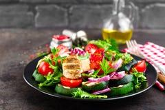 Салат с свежими и зажаренными овощами и грибами Vegetable салат с зажаренными champignons овощ салата плиты Стоковое Изображение