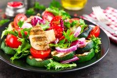 Салат с свежими и зажаренными овощами и грибами Vegetable салат с зажаренными champignons овощ салата плиты Стоковое Изображение RF