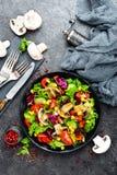 Салат с свежими и зажаренными овощами и грибами Vegetable салат с зажаренными champignons овощ салата плиты Стоковые Изображения RF