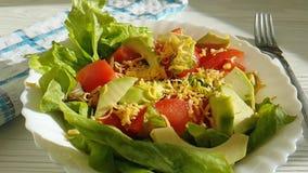 Салат с томатами авокадоа, сыр мух, вилка сток-видео