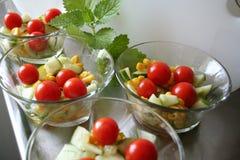 Салат с томатом, огурцом, маисом, маслом, вин-уксусом и солью Стоковое Изображение