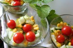 Салат с томатом, огурцом, маисом, маслом, вин-уксусом и солью Стоковые Изображения RF