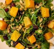 Салат с тыквой, семенами тыквы и arugula Стоковое Фото