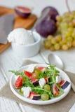Салат с chees, arugula и смоквами козы стоковая фотография