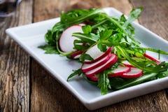 Салат с rucola и редиской стоковое фото rf