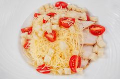 Салат томата с marinated сыром и тостом фета, стоковые изображения
