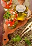 Салат томатов, огурцов и сладостных перцев и бутылки оливкового масла Стоковое Изображение