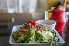 Салат тунца и фруктовый сок стоковая фотография rf
