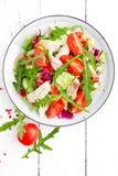 Салат филе цыпленка с листьями томата, салата, огурца и arugula Салат свежего овоща с мясом цыпленка еда здоровая Whi Стоковая Фотография