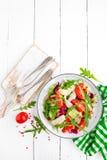 Салат филе цыпленка с листьями томата, салата, огурца и arugula Салат свежего овоща с мясом цыпленка еда здоровая Whi Стоковое фото RF