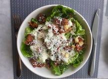 Салат Цезара классицистическо Свежее блюдо салата Взгляд сверху стоковая фотография rf