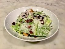 Салат Цезара классицистическо Свежее блюдо салата Мраморная таблица стоковое изображение rf