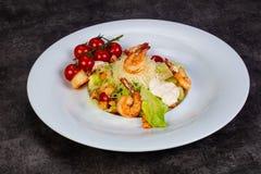 Салат цезарь с креветкой стоковая фотография rf