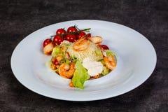 Салат цезарь с креветкой стоковые изображения rf