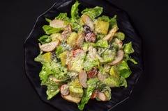 Салат цезарь с цыпленком стоковые фото
