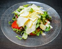 Салат цезаря на плите Стоковые Изображения RF