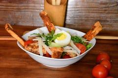 Салат цезаря при белые гренок, томаты вишни, цыпленок и яичка одевая на деревянном конце предпосылки вверх Еда и здоровье стоковые изображения rf