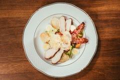 Салат цезаря с мясом, беконом, яичками и сыром цыпленка Стоковое Фото