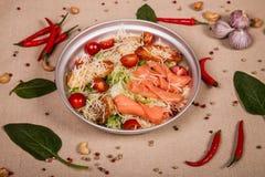 Салат цезаря с salmon рыбами Стоковое Фото