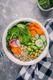 Салат шара Будды Vegan с шпинатом, квиноа, зажарил в духовке нуты, зажаренный цыпленка, авокадо, фасоли edamame, огурцы, сезам и  Стоковое Изображение RF