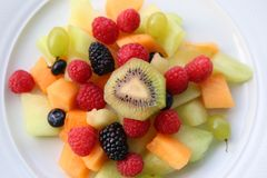 Салат ягод плодоовощ на белой плите Стоковые Изображения RF