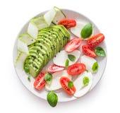 Салат caprese с моццареллой буйвола и отрезанными томатами, авокадоом и огурцом Стоковые Изображения RF