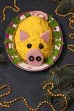Салат Olivier в форме свиньи на темной предпосылке стоковое изображение