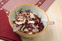 Салат Radicchio, грецкие орехи, груши и шелушить пармезан стоковые фото