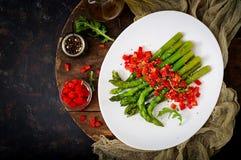 Салат Vegan теплый зажаренных в духовке спаржи и сладостного перца Стоковое фото RF