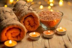 Салон красоты, спа, релаксация с солью моря свечей и горячие полотенца Забота и чистота кожи С космосом для дизайнеров стоковое фото
