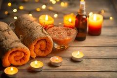 Салон красоты, спа, релаксация с солью моря свечей и горячие полотенца Забота и чистота кожи С космосом для дизайнеров стоковые изображения rf