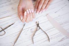 Салон маникюра ноготь manicure получая женщину салона стоковые фотографии rf