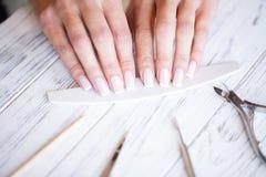 Салон маникюра ноготь manicure получая женщину салона стоковые фото