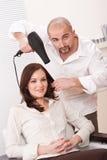 салон парикмахера более сухих волос клиента Стоковое Фото