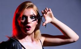 Салон Haidresser E режущий инструмент волос сексуальная женщина с модным макияжем : стоковое изображение